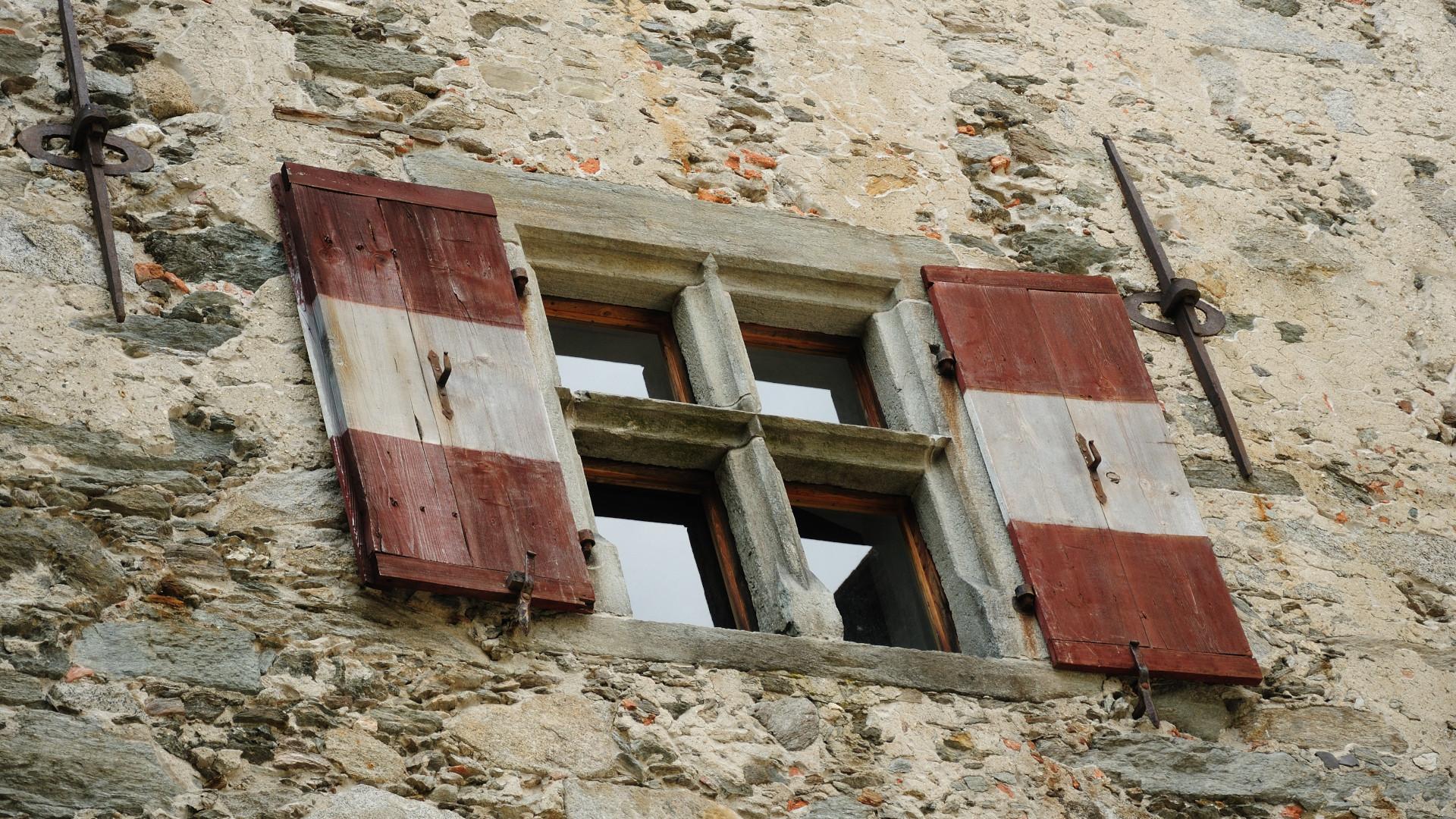 Fenster einer Burg Immobilien energetisches Clearing